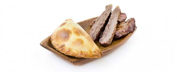 Empanada argentina de carne a cuchillo