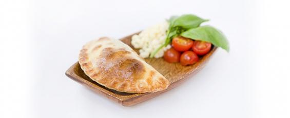 Empanada argentina de tomate, mozzarella y albahaca